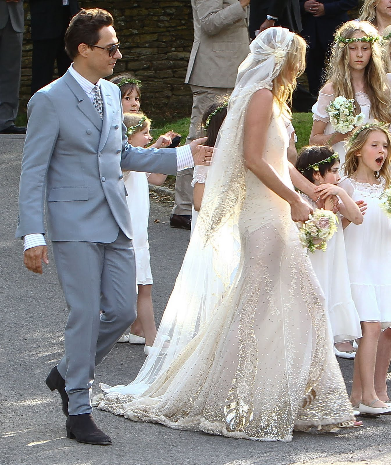 http://4.bp.blogspot.com/-2WBT9oThR4g/TiysAVdhayI/AAAAAAAAAQw/6dH9ZamKTps/s1600/wenn3420966-Kate-Moss-Wedding-Dress.jpg