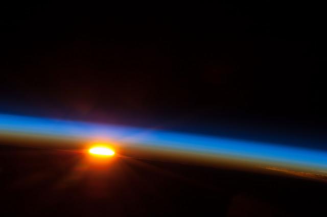 Foto do sol nascendo vista do espaço