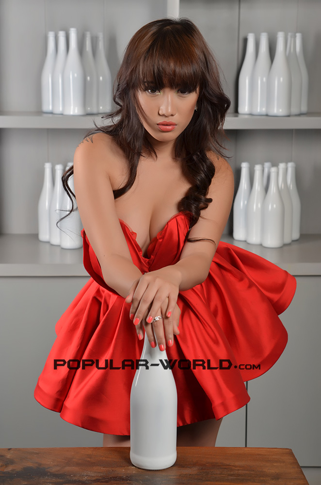 Popular World edisi Januari 2013 . Simak foto hot Putri Ramdhani di