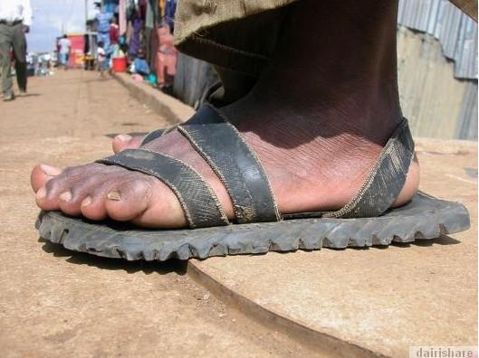 2013 08 23 214714 Kerana Kemiskinan Orang Afrika Buat Selipar Dari Tayar