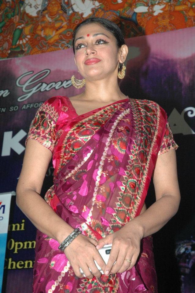 Mallu aunty actress Shobhana hot navel and cleavage show ...