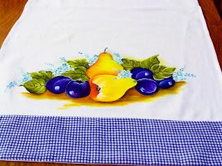 pano de copa com pintura de peras e ameixas