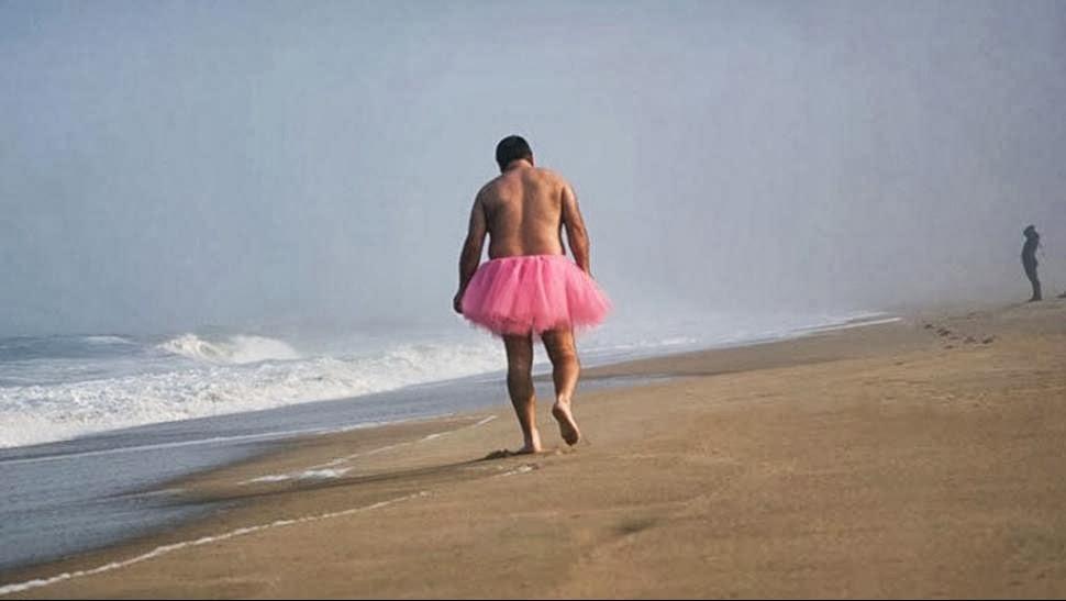 hombre que se saca fotos con un tutú rosa para alegrar a su esposa enferma