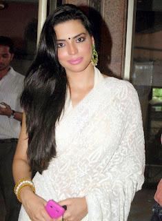 Shweta Bhardwaj in Beautiful White Saree Stunning Spicy Pics
