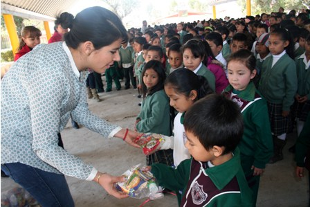 Reparten aguinaldos a los niños de las comunidades de ...