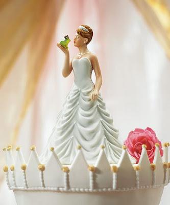 Boneco de noiva a beijar um sapo