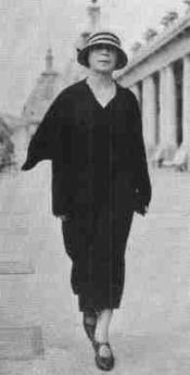 Alfonsina Storni caminando por la calle