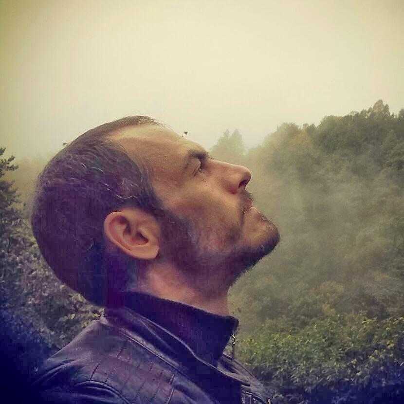 Foto che ritrae in primo piano di profilo Wiccan Matrix che guarda verso il cielo