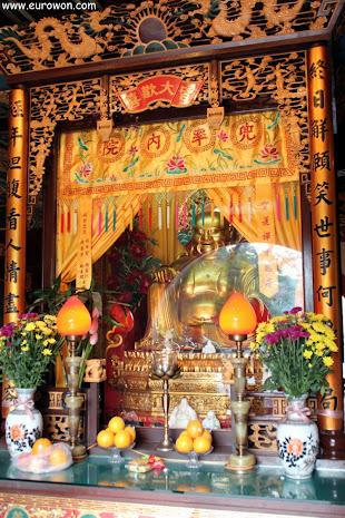 Figura budista en el templo Welto del monasterio Po Lin