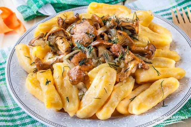 gnocchi ziemniaczane, gnocchi marchewkowe, kopytka ziemniaczane, kopytka marchewkowe, sos kurkowy, sos z kurkami, kurki na winie, sos winny, kraina miodem płynąca