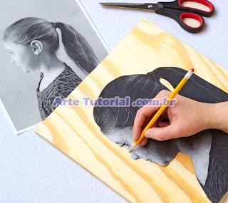Desenhando silhueta na taboa de madeira
