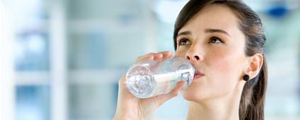Tomar agua, ayuda a bajar de peso