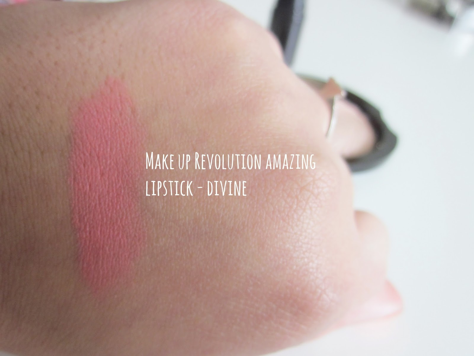 Make Up Revolution Amazing Lipstick Divine Swatch
