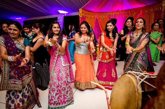 Baile del ritual Sangeet en una boda hindú
