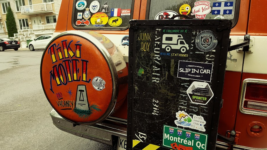 Tiki Motel, l'histoire d'une van, son équipage et ses aventures