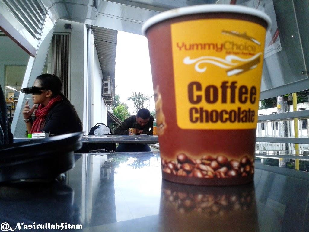 Menikmati kopi seraya menunggu hujan reda