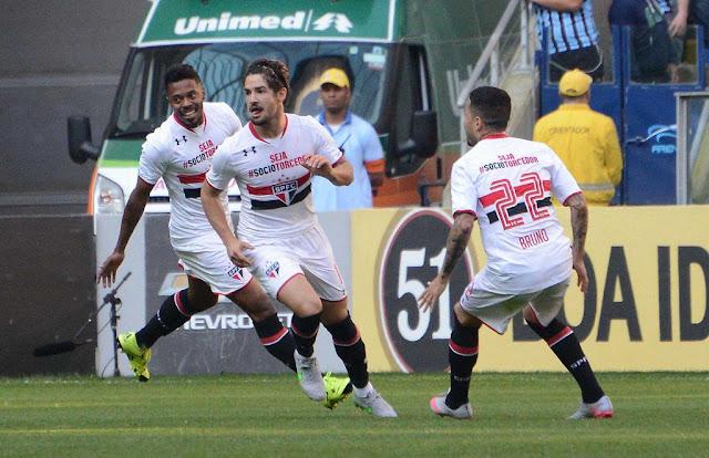 O atacante Alexandre Pato abriu o marcador na arena do Grêmio com um belo gol (Foto: Luiz Munhoz / Fatopress/Gazeta Press)