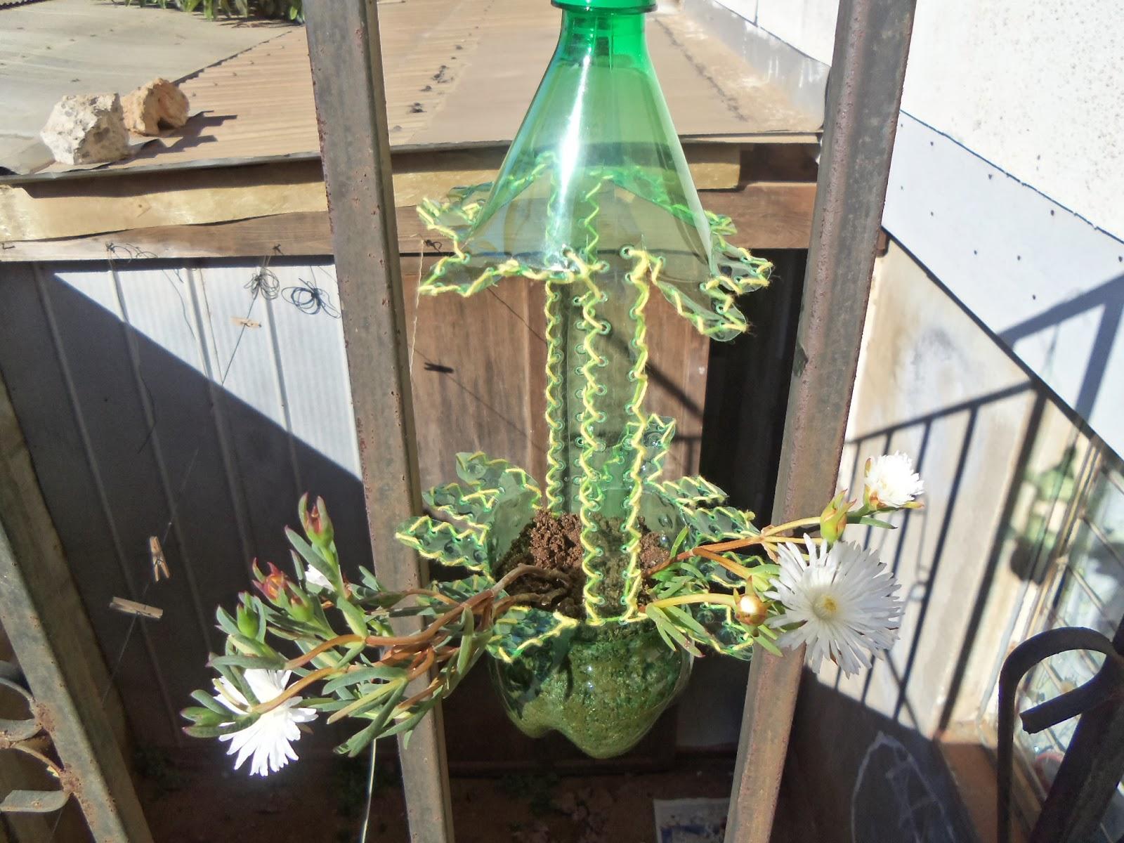 Reciclaje con artesania maceteros colgantes en botella pet - Como hacer maceteros colgantes ...