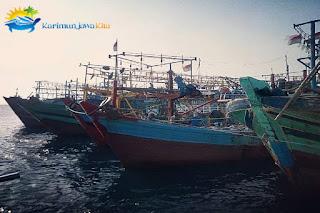 kapal nelayan bersandar akibat ombak besar