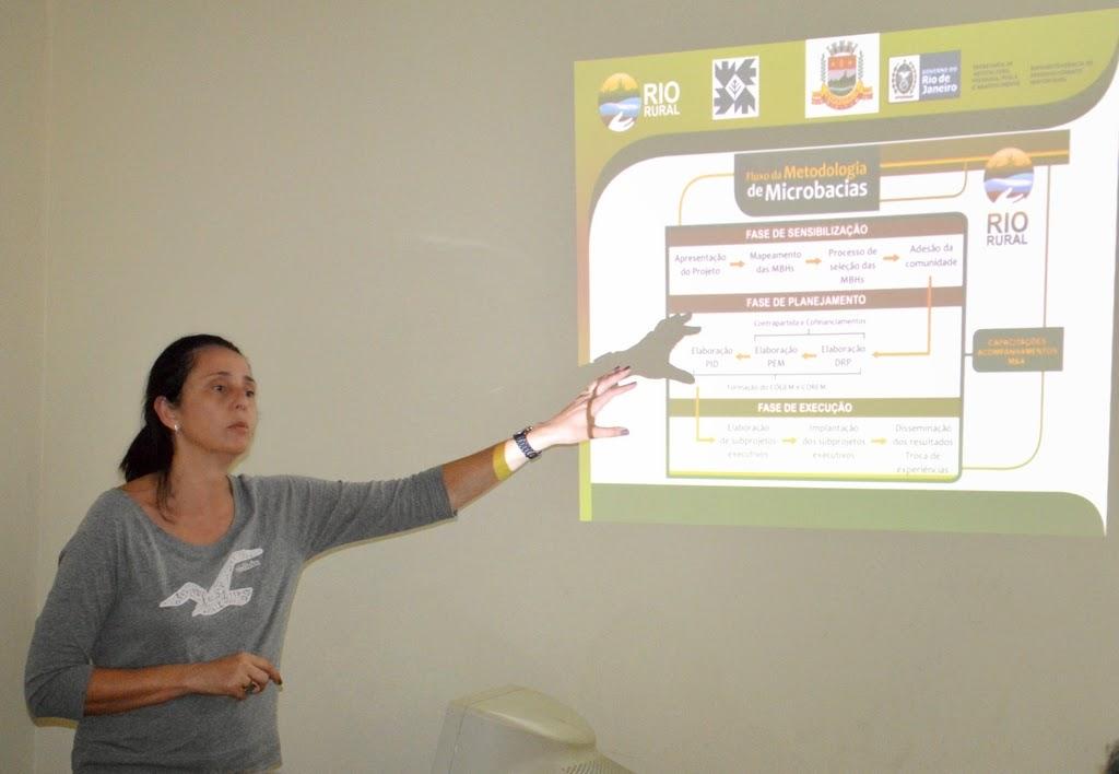 Engenheira agrônoma da Emater, Monique Lopez Pereira, apresenta as propostas do programa estadual Rio Rural