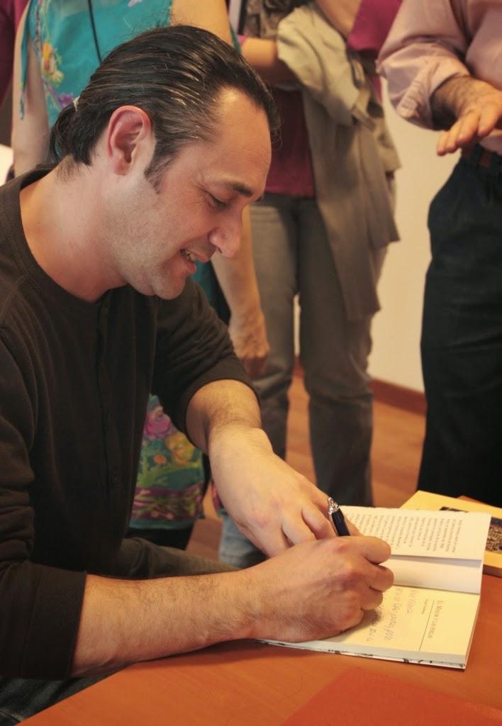 """Firmando ejemplares de """"El Mayor y las perlas""""."""
