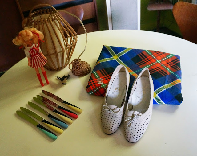 vintage car boot sale yard utensil formica granny chunky oxford shoes mod twiggy andre courreges bague ring hirondelle plastic swallow ornament plant fabric tissu carreaux plaid tartan bambou bamboo lamp tiki au pays de candy poupee doll annees 50 60 70 80 1950 1960 1970 1980 50s 60s 70s 80s mid century