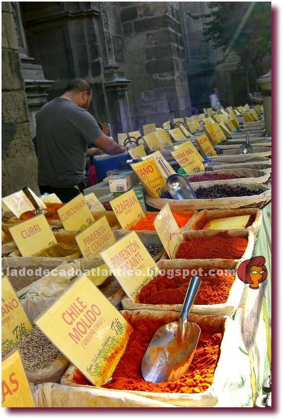 Imagem de misturas de chás, temperos em grãos e em pó  vendidos no centro histórico de Granada, Espanha