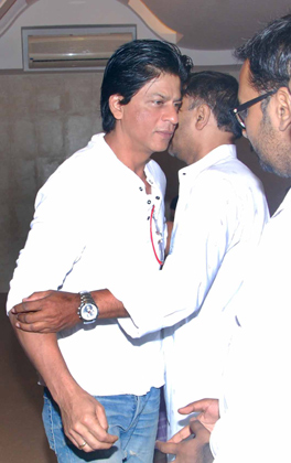 SRK at the prayer meeting of Ravindra Indulkar