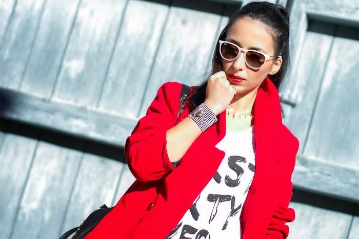 Look con Abrigo Rojo oversized, jeans y botines estilo punk con tachuelas y pinchos