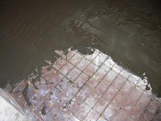 заливаем стяжку на армирующую сетку