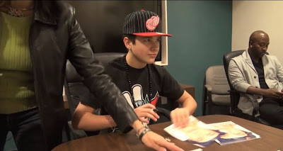 Austin Mahone and his mom Michelle signing posters for fans!