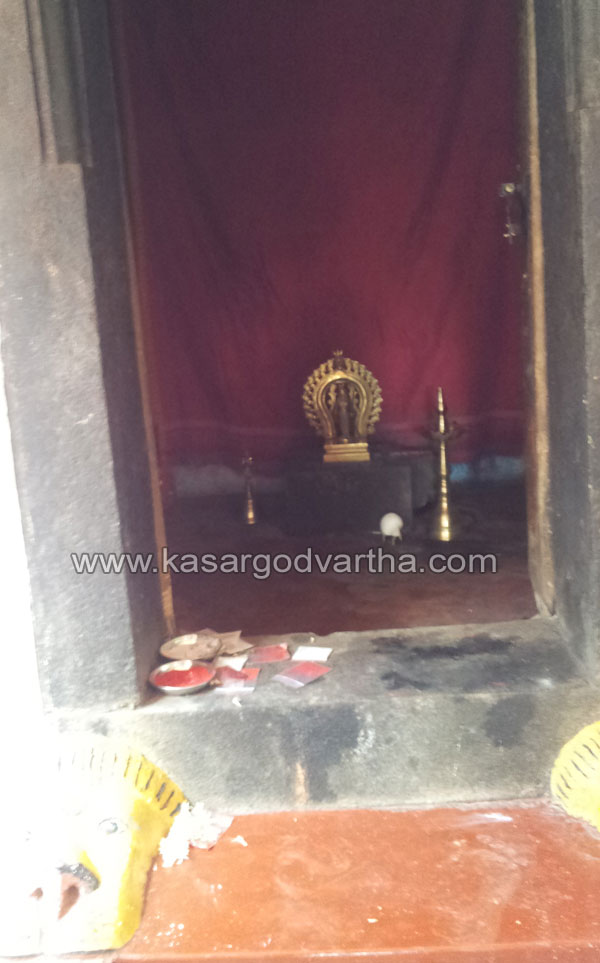 Robbery, Temple, Gold, Money chain, Police, Kasaragod, Kerala, Kerala News, International News, National News.