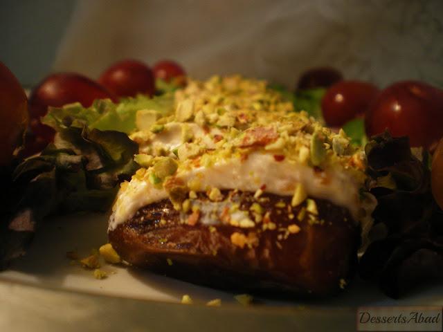 Dátiles rellenos con queso crema y pistachos