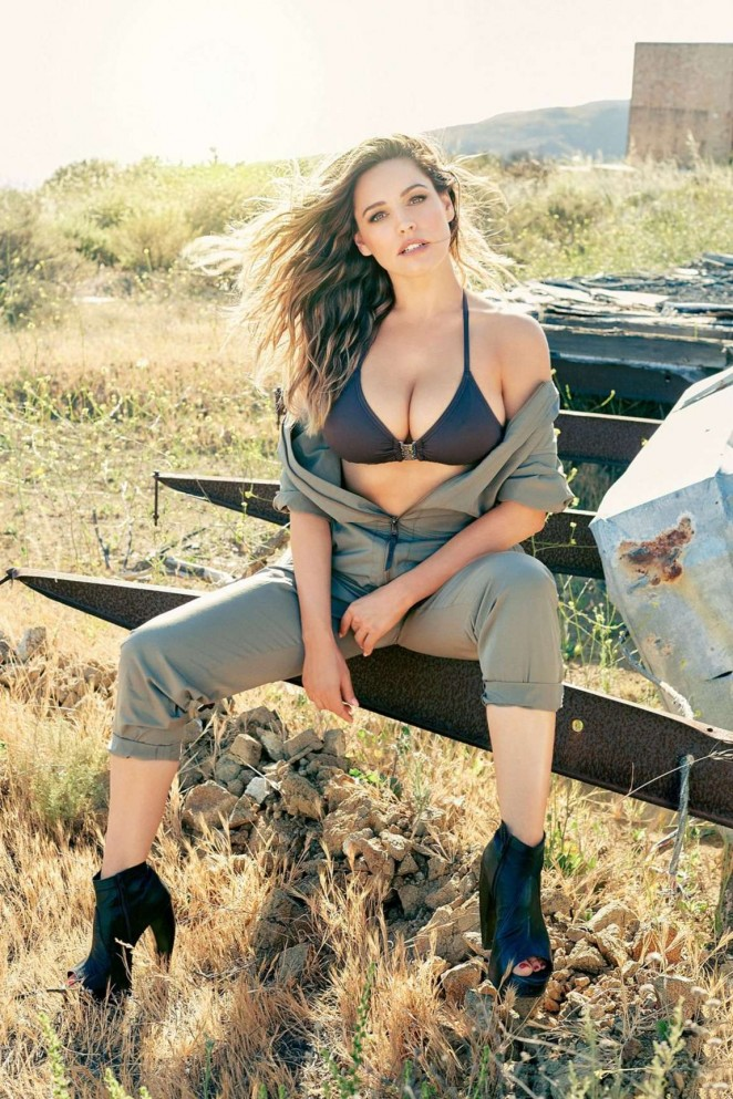 Kelly Brook flaunts skin and curves for 2016 Calendar