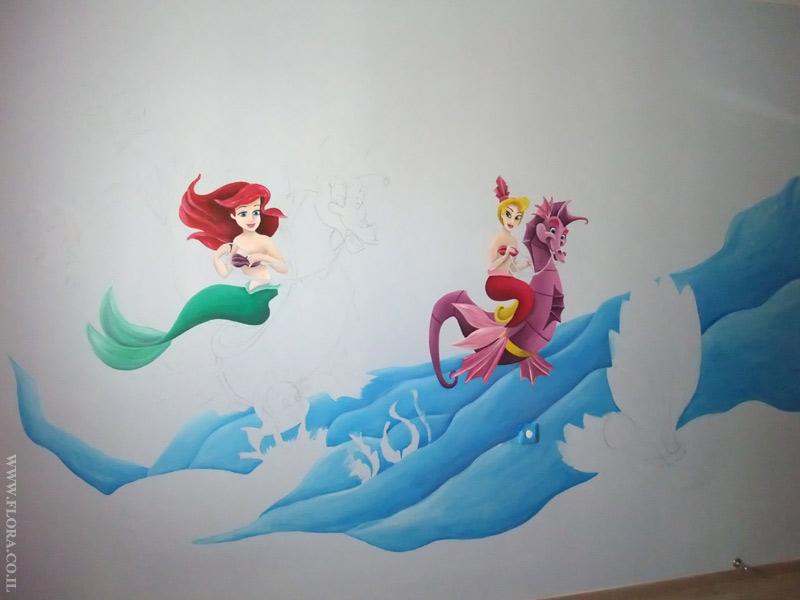 ציור קיר בתהליכי עבודה. בת הים הקטנה אריאל ואחותה על רקע גלי ים