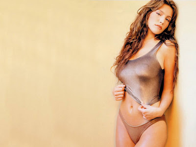 Kelly_brook_alone