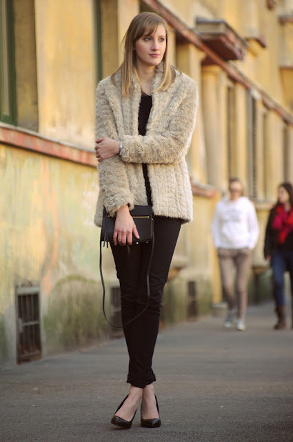 faux fur outfit, nude fur jacket, ootd, pointy high heels, all black, black pants, fashion blog blogger, style blogger, hm zipper clutch bag new 2014 season