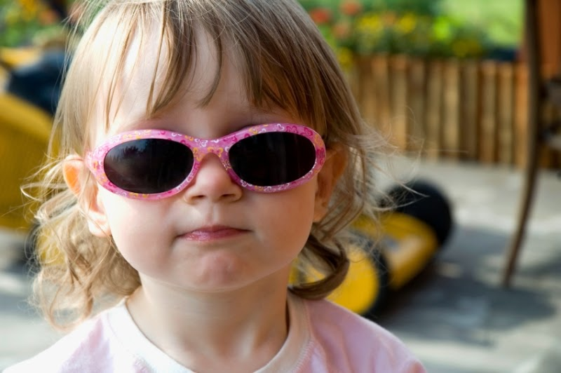 Gambar bayi keren dan lucu memakai kacamata hitam dan pink