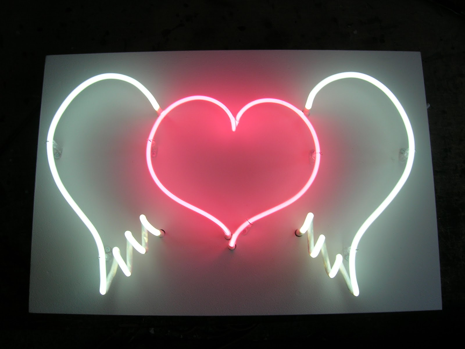 http://4.bp.blogspot.com/-2ehokjP1eIY/To9vkHbMn5I/AAAAAAAAAUg/ynxR0R7cBTg/s1600/neon%2Blove%2Bheart%2Bwith%2Bwings.JPG