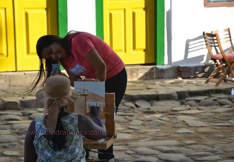 Sandra Nunes pintando ao ar livre na Praa da Matriz em Paratty