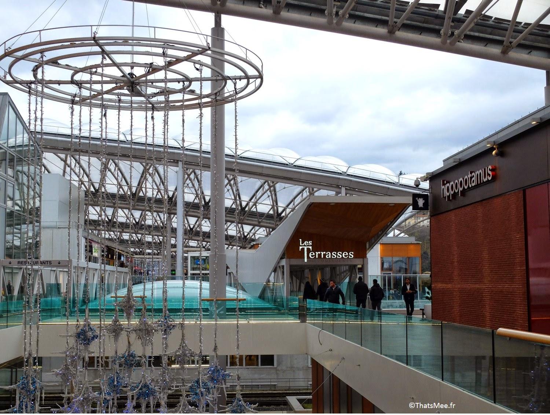 Lyon Confluence centre commercial Rhône moderne pole commerce ciel ouvert