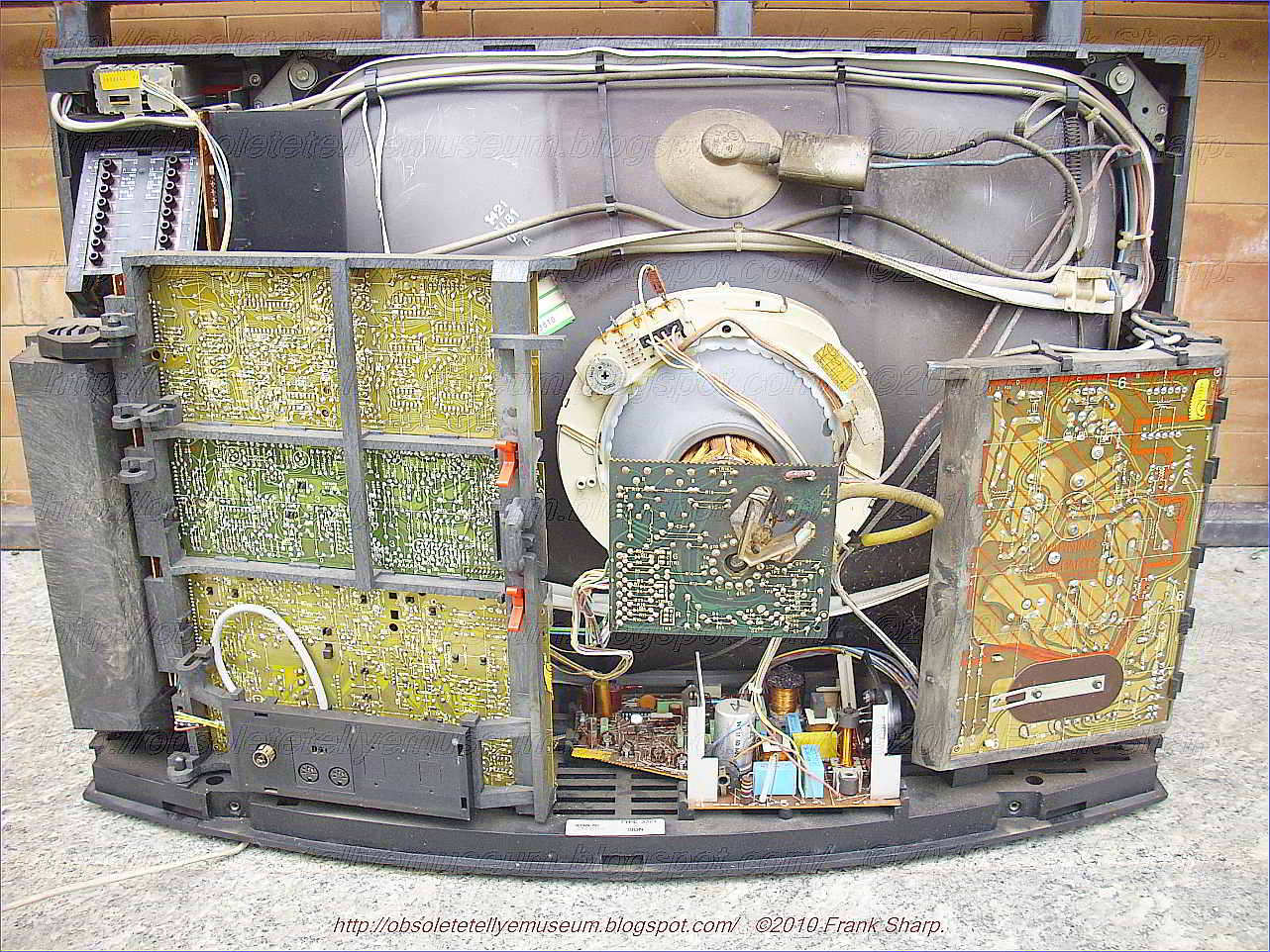 Obsolete Technology Tellye Bang Olufsen Beovision 8800 Chassis Video Amplifier Circuit Diagram Accordingly Reference Voltage V R And The Akb Signal Processing Function Remain Undisturbed In Presence Of Large Peak White Amplitude
