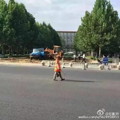 (上图)8月21日,有人发现北京中共中央党校南门江泽民题词的巨石被整块铲掉。