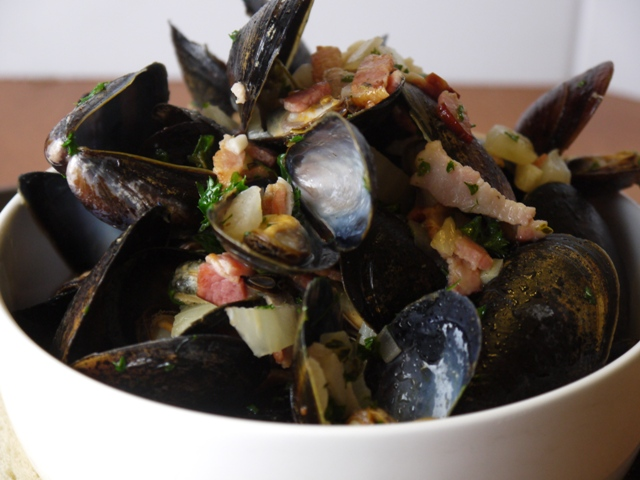 the mussels in a large bowl and pour the wine broth, fennel and bacon ...