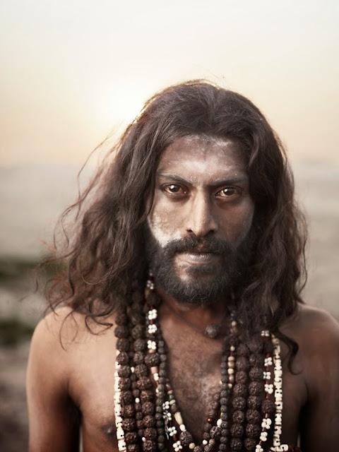 sadhu homme saint de l'inde recouvert de cendre crane humain dreads locks