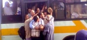 10 نصائح عند ركوب «الأتوبيس»: «تعاون في نقل التذاكر وتجنب الكنبة»