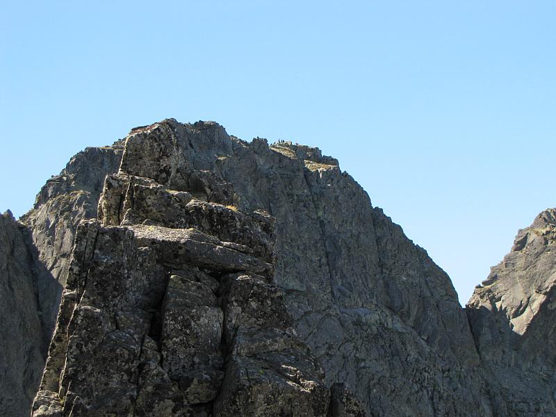 Czarny Mniszek (2178 m n.p.m.) i Kozi Wierch (słow. Kozí vrch, 2291 m n.p.m.).