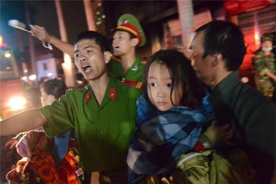 Lực lượng công an giải cứu người dân trong vụ hỏa hoạn tối 11/10 tại tòa nhà CT4 của chung cư Xa La, Hà Đông, Hà Nội.