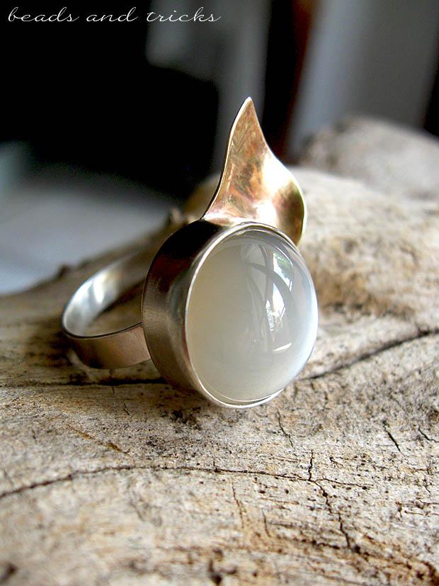 Anello con pietra di luna incastonata in argento e ottone