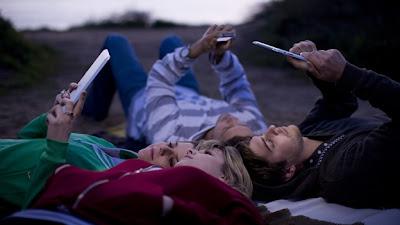 (EFE) — Los usuarios de computadoras en el mundo están cambiando su preferencia de las computadoras de escritorio a los dispositivos móviles como teléfonos inteligentes y tabletas, según las tendencias que encontró la investigadora de mercados International Data Corporation (IDC). Según su reporte, la venta mundial de computadoras registró un descenso del 3.2% con respecto al año anterior, frente a un incremento en la venta de dispositivos móviles, según informó este viernes IDC. Las ventas mundiales de computadoras personales en 2012 totalizaron cerca de 352 millones de unidades, lo que supone un descenso con respecto a los 363 millones vendidos